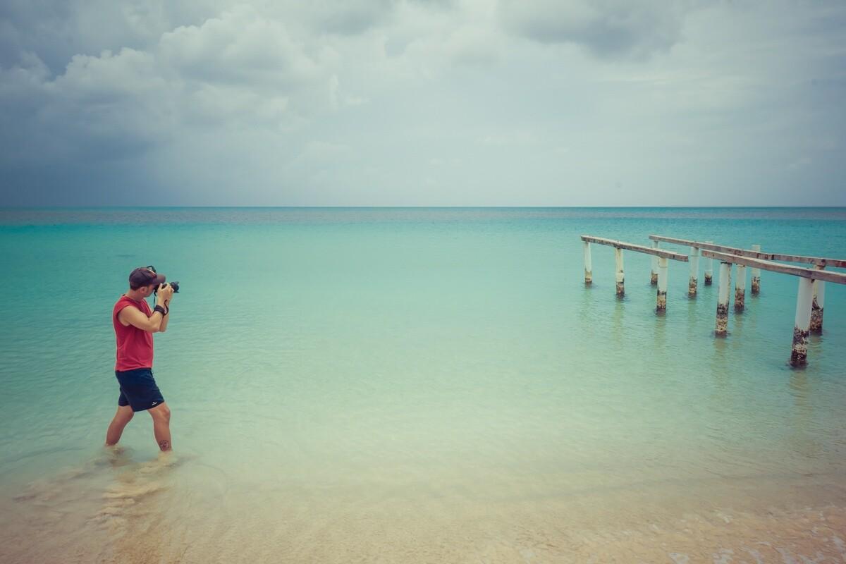 Carles en Corn Island haciendo foto para vender